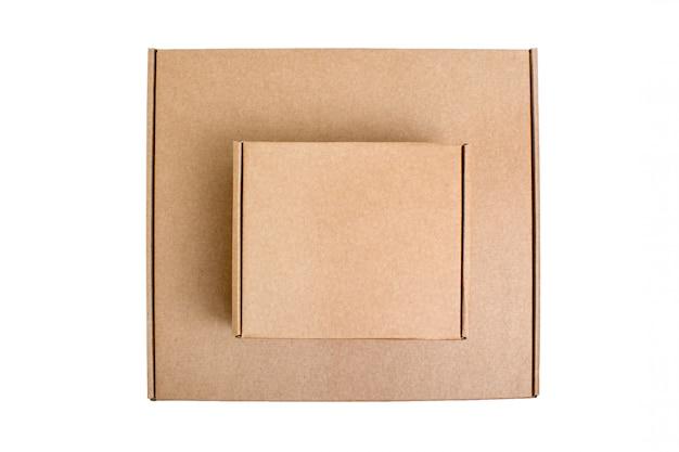 白で隔離されるトップビュー段ボール箱。