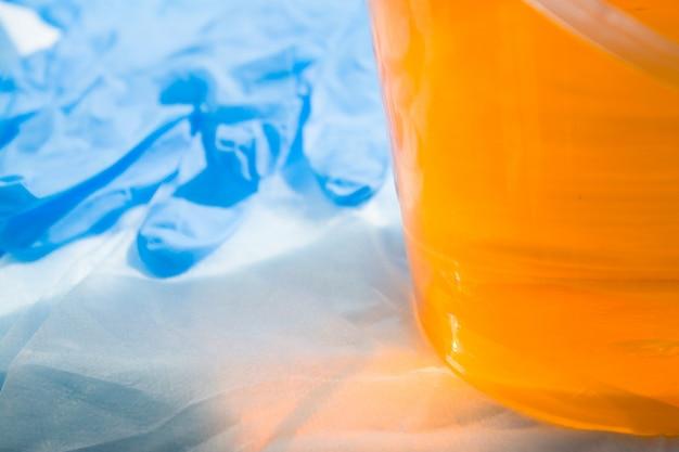 青い手袋で脱毛するためのシュガーペーストまたはワックスハニーを閉じる