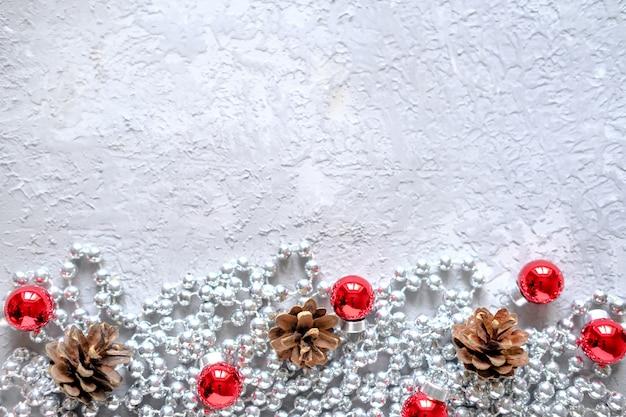 Рождественская композиция кадр для текста. красный энн серебряные украшения на сером фоне.
