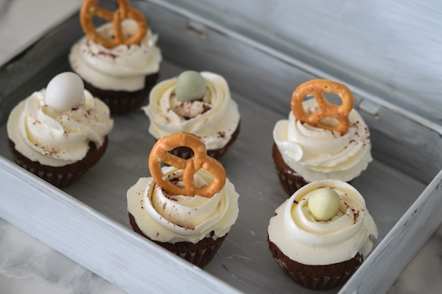 白い釉のイースターカップケーキ