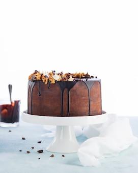 溶かしたチョコレートガナッシュ入りの簡単なバースデードリップケーキ