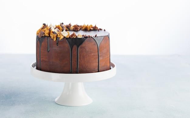 誕生日やお祝いのための溶けるチョコレートとピーナッツのチョコレートドリップケーキ。