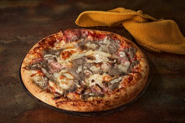 キノコソース、ハム、マッシュルーム、トマトペーストのピザ。