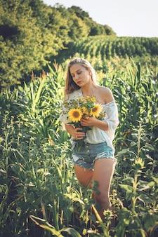 Концепция медленной жизни новый стиль жизни. расслабляющий молодая женщина с понижает в природе