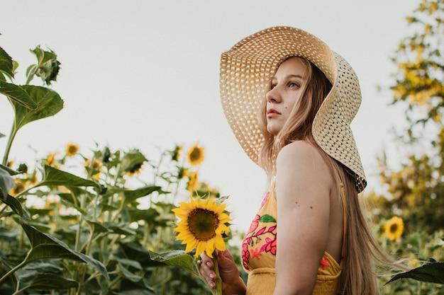 Концепция медленной жизни новый стиль жизни. расслабляющий молодая женщина с цветами в природе