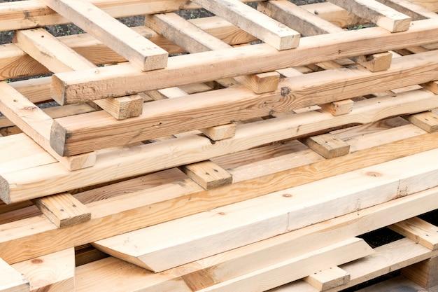 多くの木製のはしご。店の木製階段のスタック