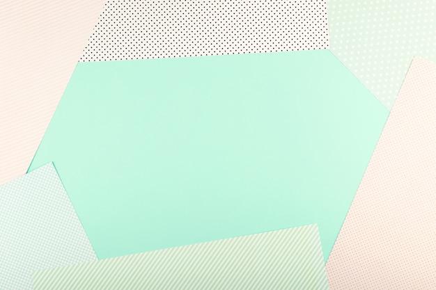 ミントブルーとピンクのパステルカラー紙の幾何学的なフラットレイアウト背景