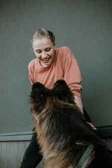 Любви любви. молодая женщина играет с немецкой овчаркой