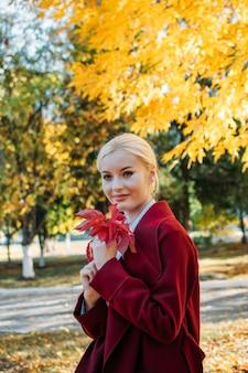 Очаровательная блондинка в осеннем парке
