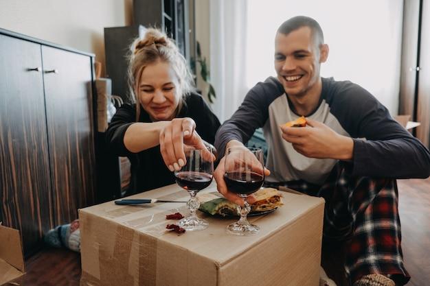 引っ越しの日、新しい家、バレンタインデー、開梱ボックス、新婚夫婦のコンセプト