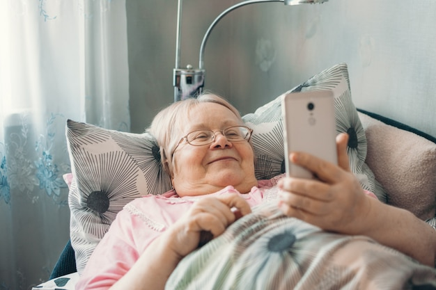 高齢者は自己隔離、隔離、家にいる。