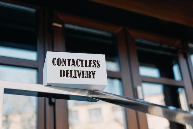 Бесконтактная концепция доставки. картонная коробка