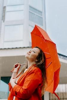 Концепция психического здоровья. портрет молодой счастливой женщины в красном