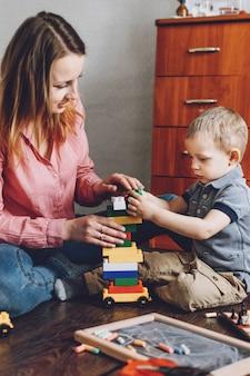 С днем матери, малыш, ребенок, сын и мама играют дома