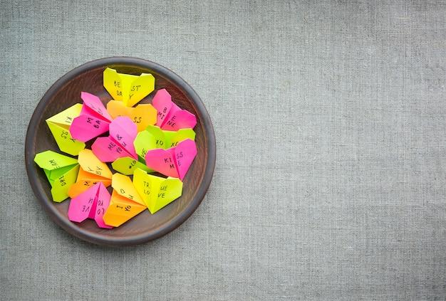テキストで複数の紙の折り紙のハート愛