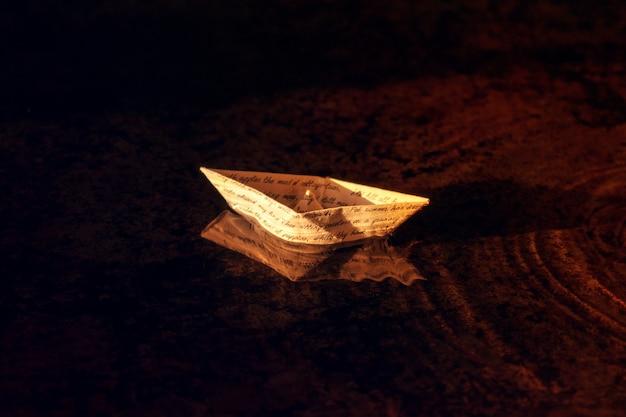 手書きのテキストでヴィンテージの手紙から紙ボート