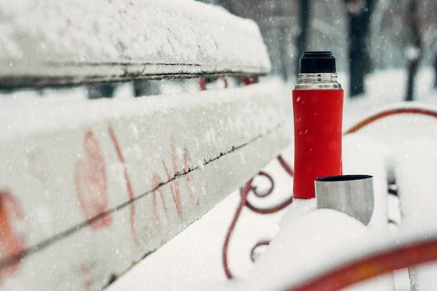 カップルのための冬の日のアイデア。冬の休日、ホットドリンクのコンセプト