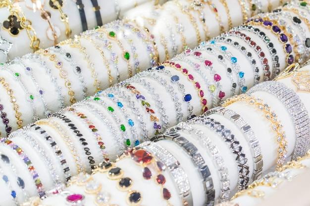 小売店のディスプレイに表示される様々なジュエリー宝石類