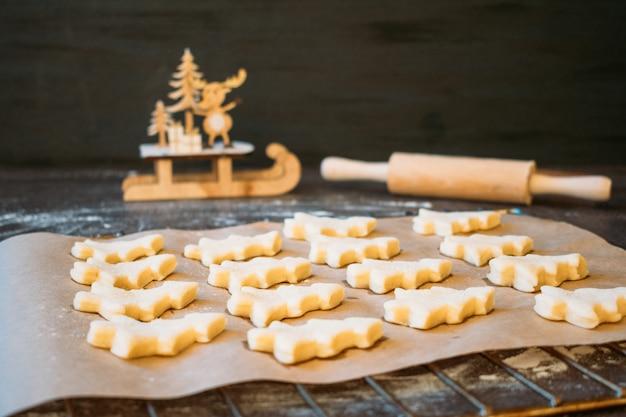 クリスマスツリーの形の生地のクッキーを焼く準備ができている