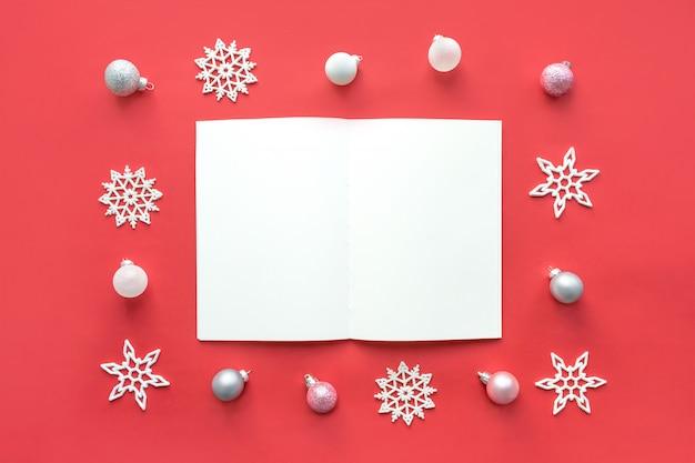 開いた白いメモ帳とクリスマスのモックアップ