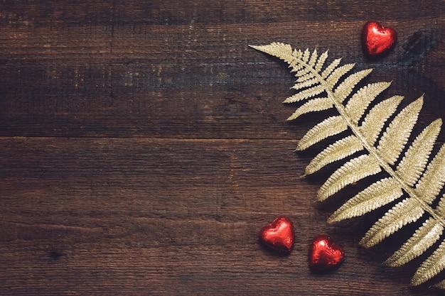 バレンタインデーの背景、赤いハート形のチョコレート菓子とモックアップ