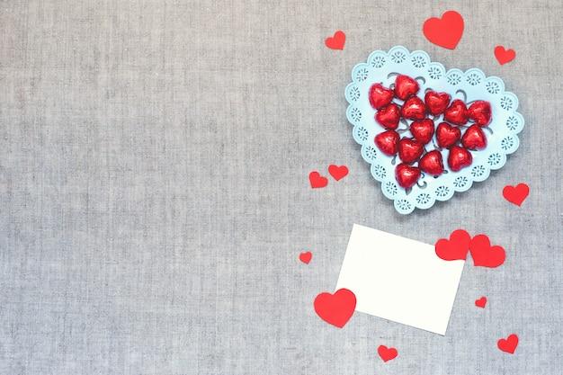 День святого валентина макет с сердцем шоколадные конфеты в тарелке