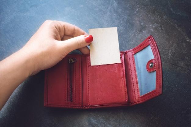 Визитная карточка макет. женская рука держит визитную карточку из переработанной бумаги