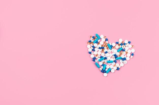 青と白の錠剤や錠剤のハート形