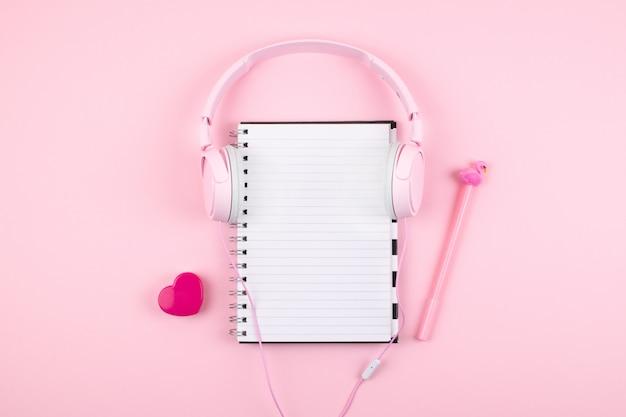 空白のメモ帳、ヘッドフォンと最小限の職場