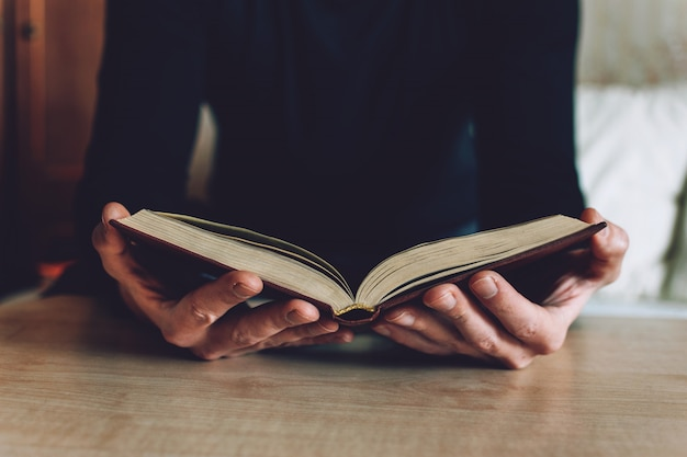 男の手で開いた本を