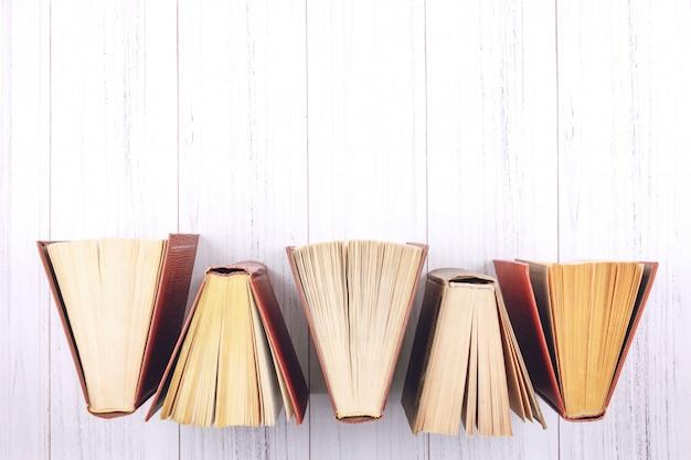 Книжный фон. вид сверху открытых книг в твердом переплете