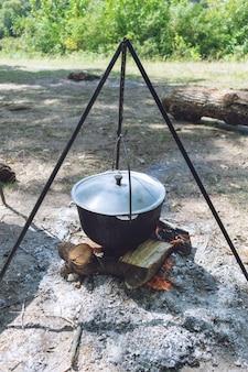 ハイキングポット、焚き火でボウラー