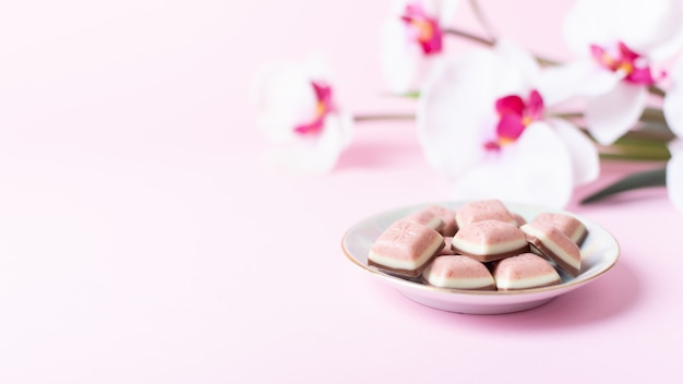 ピンクのチョコレートバーと花