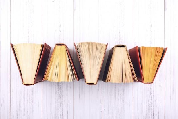 Книга вид сверху открытых книг в твердом переплете