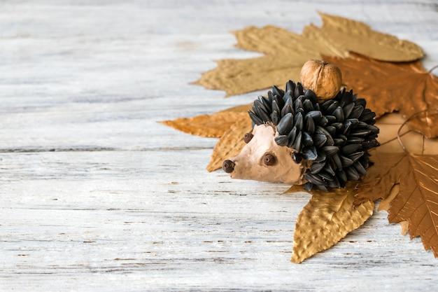 秋の工芸品。子供の秋の工芸と創造性、粘土の造形で作られたヘッジホッグ