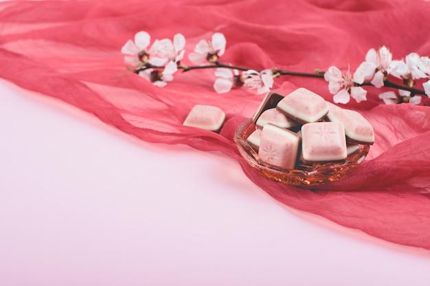 ピンクのチョコレートバーと白い花