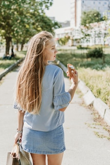夏都市ライフスタイルの少女の肖像画