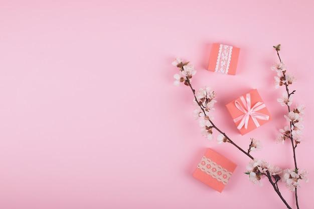 ピンクのギフト用の箱とフラットレイアウト
