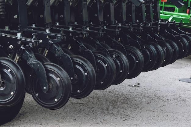 新しい農業用ディスクハローの作動部品。すき。ハロー。耕運機