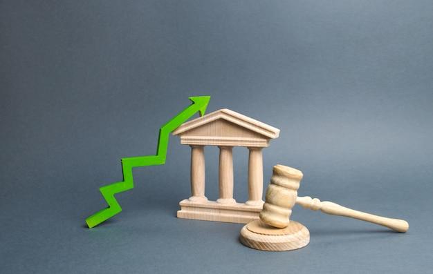 裁判所と緑色の上向きの矢印。司法制度の効率性、透明性の向上