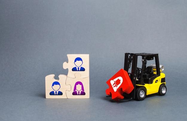 フォークリフトトラックはビジネスチームの未完成のアセンブリに赤いパズルを運びます