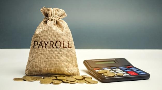 単語給与計算と電卓とお金の袋。