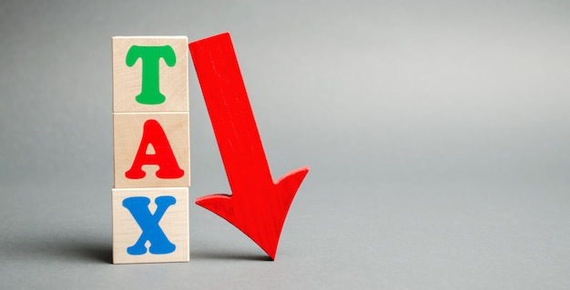 税と下矢印の単語を持つ木製のブロック。