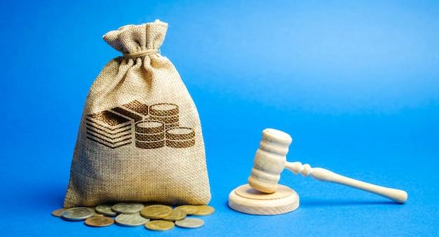 お金の袋と裁判官のハンマー。