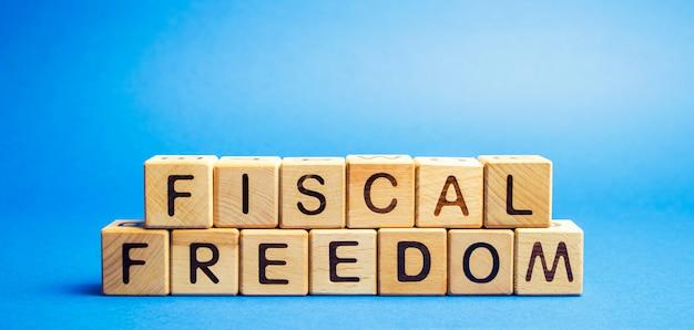 財政の自由という言葉が付いている木製のブロック。