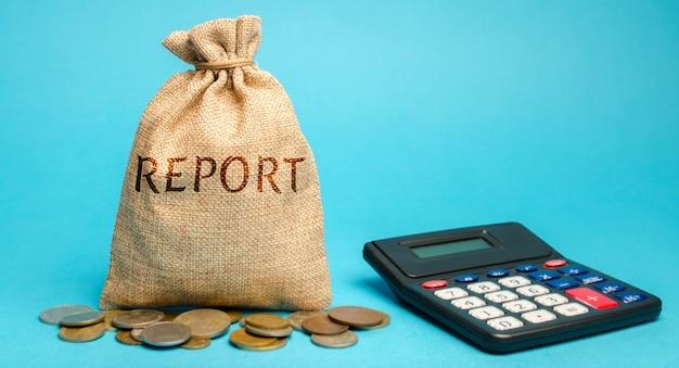 単語レポートと電卓でお金の袋。ビジネス財務レポート。