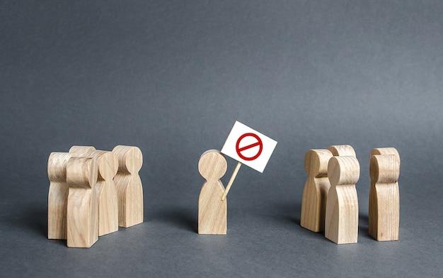 Люди смотрят на человека, держащего красный запрещающий знак нет. агитация, привлечение общественного внимания