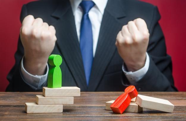 ビジネスマンは、相手に対する彼の勝利を楽しんでいます。競争の勝者、外交上の成功