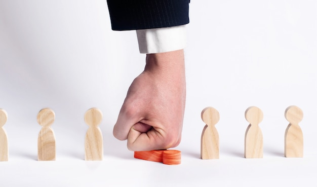 ボスは赤い労働者に勝つ。仕事から人を処罰し、解雇する。