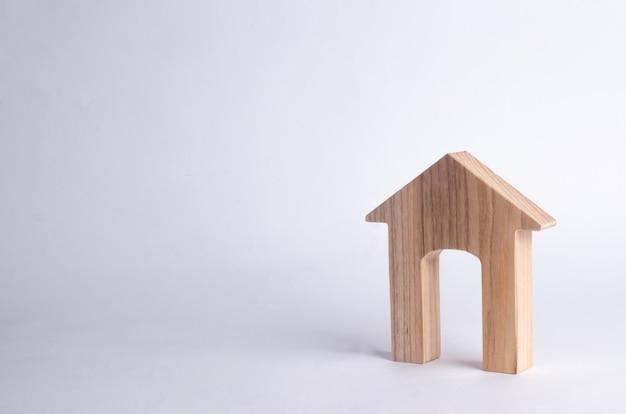 白い背景に大きな出入口を持つ木造家